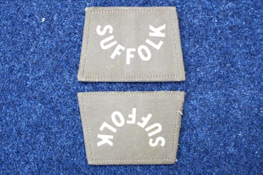 AN ORIGINAL PAIR OF WW1 SUFFOLK REGIMENT CLOTH SHOULDER TITLES