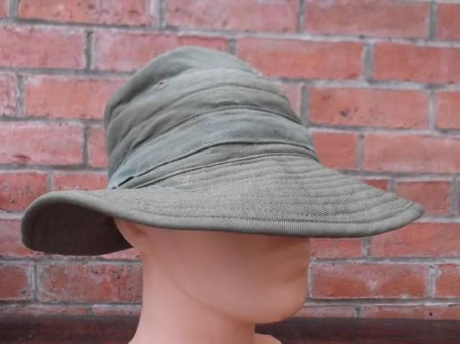 1945 DATED BRITISH ARMY GREEN JUNGLE BUSH HAT